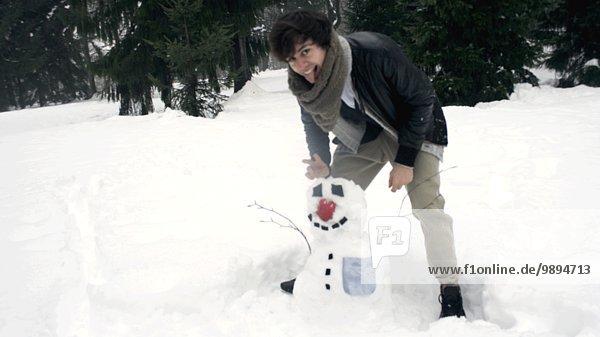 Mann springen jung Schnee