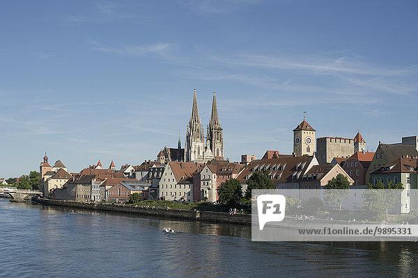 Deutschland  Bayern  Regensburg  Altstadtansicht mit Dom und Donau