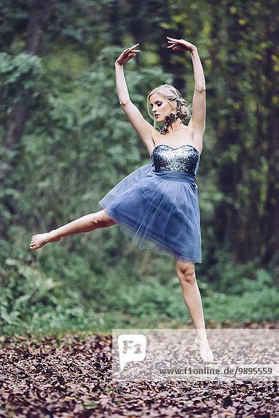 Österreich  Tänzerin im Wald  springend