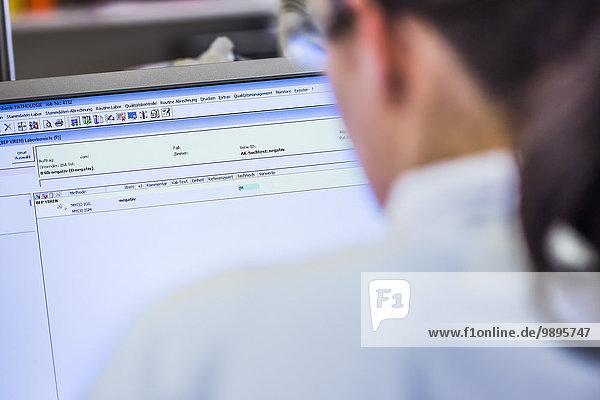 Frau im Labor beim Blick auf den Computerbildschirm