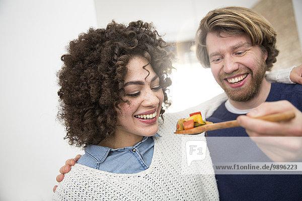 Paarkochen in der Küche Verkostung von Speisen