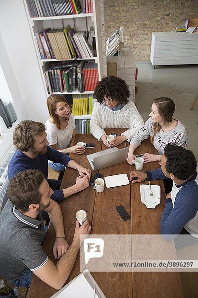 Treffen von Freunden in einer Cafeteria