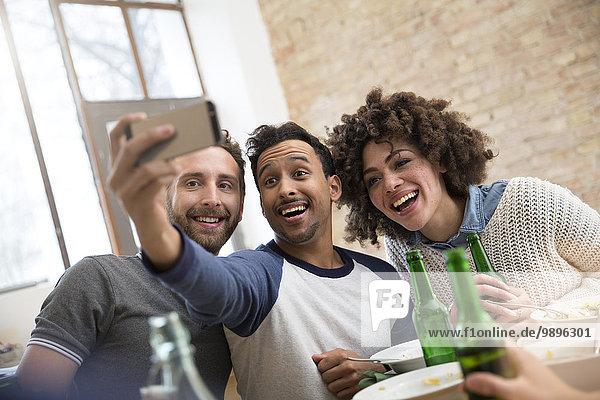 Glückliche Freunde  die einen Selfie nehmen.