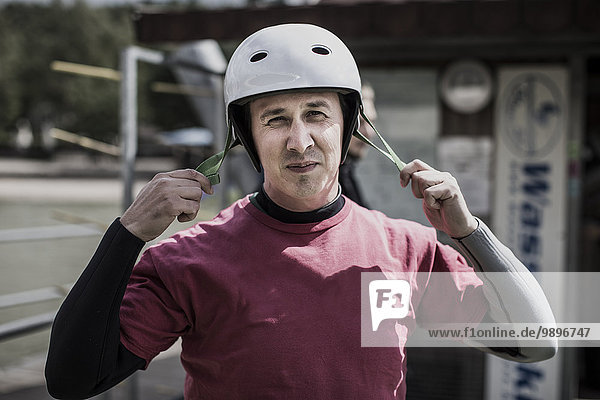 Deutschland  Garbsen  Porträt Wakeboarder mit Schutzhelm