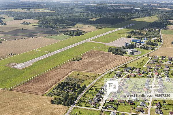 Estland  Landebahn eines kleinen Flughafens bei Tartu und Wohngebiet  Luftbild