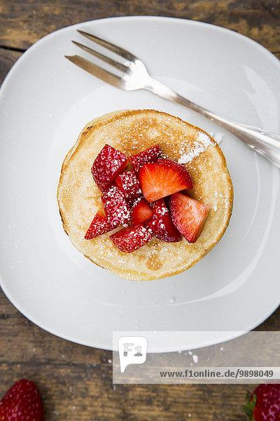 Pfannkuchenstapel mit Erdbeersauce und Erdbeeren