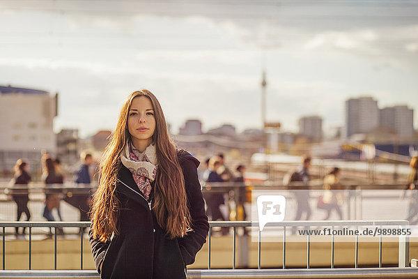 Deutschland  Berlin  Portrait einer jungen Frau