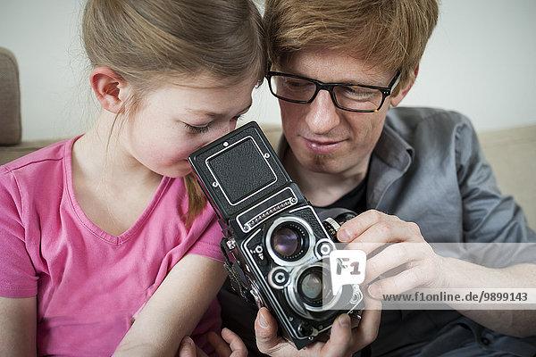 Vater und Tochter mit altmodischer Kamera