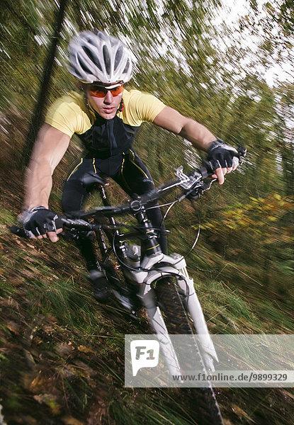 Spanien  Galizien  Naron  Mountainbike fahren bergab