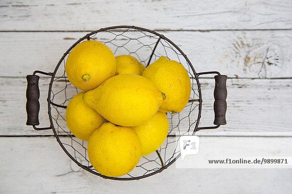 Drahtkorb mit Zitronen