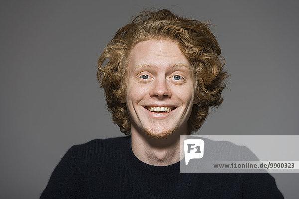 Porträt des lachenden jungen Mannes