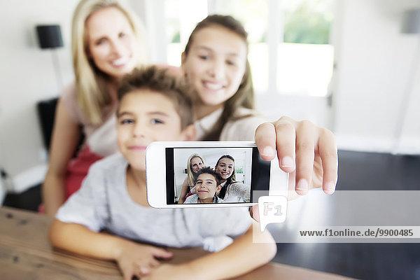 Familie nimmt Selfie mit Smartphone
