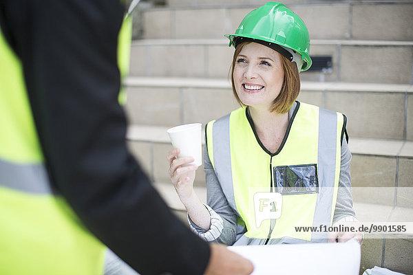 Leiter und Vorarbeiter bei der Besprechung des Bauvorhabens vor Ort