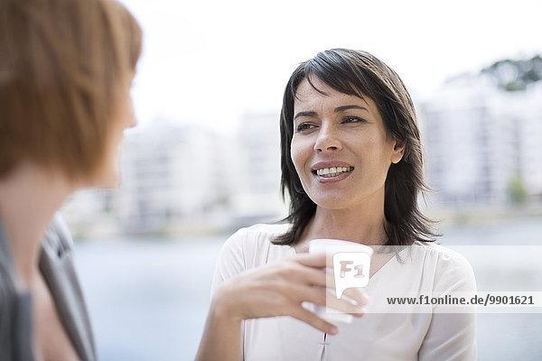 Geschäftsfrauen  die eine Pause machen  Kaffee trinken