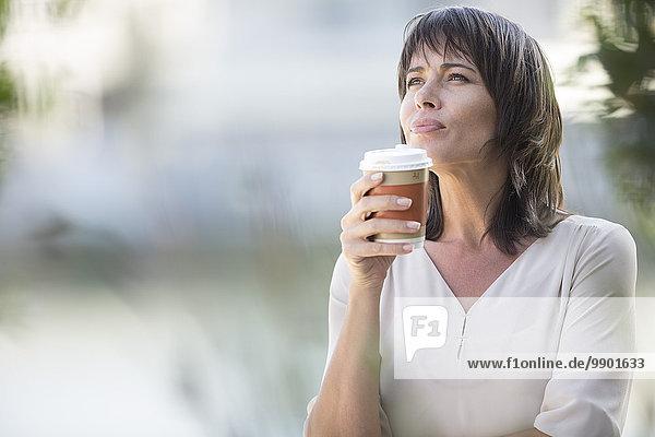 Geschäftsfrau bei einer Pause  Kaffee trinken