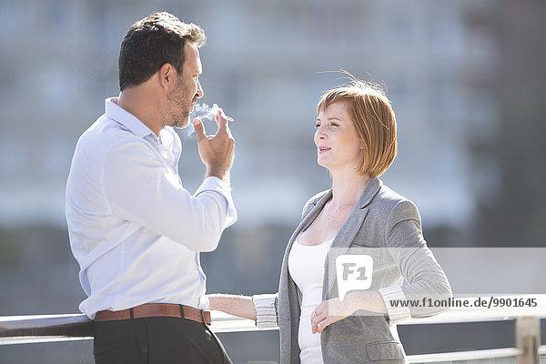 Geschäftsleute  die eine Pause machen  Mann  der eine Zigarette raucht.