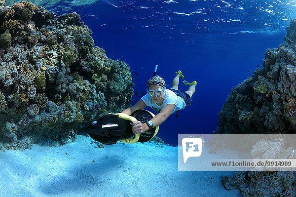 Freitaucher taucht mit Unterwasser-Scooter  Rotes Meer  Ägypten  Afrika