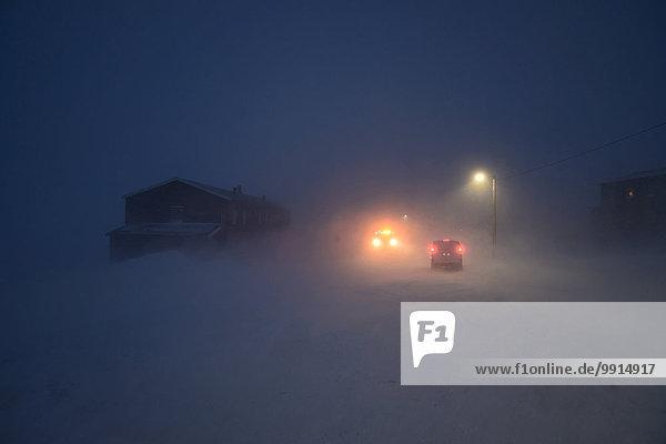 Straße im Orkan während der Polarnacht  Nybyen  Longyearbyen  Spitzbergen  Svalbard  Norwegen  Europa
