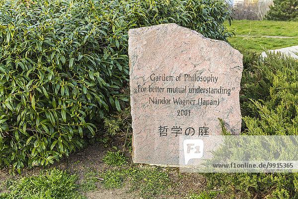 Der Philosophische Garten  Filozo?fiai kert  Steinschild  Nándor Wagner  2001  Budapest  Ungarn  Europa