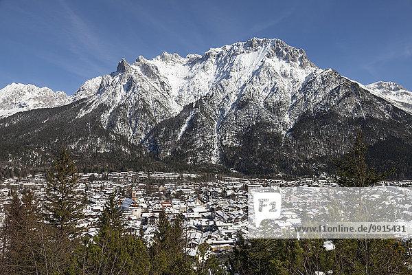 Ortsansicht vor dem Karwendelgebirge  Mittenwald  Werdenfelser Land  Oberbayern  Bayern  Deutschland  Europa