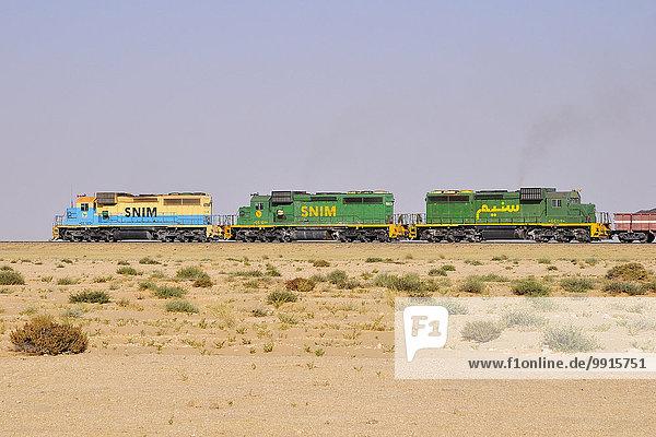 Eisenbahn durch die Wüste zum Transport von Eisenerz von M'Haoudat zum Hafen von Nouadhibou  Region Dakhlet Nouadhibou  Mauretanien  Afrika