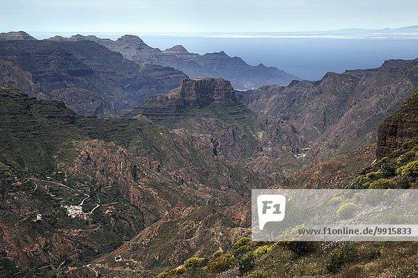 Ausblick vom Roque Bentayga auf die Berge im Westen von Gran Canaria  unten links El Chorillo  Kanarische Inseln  Spanien  Europa