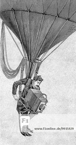 Ein japanischer Kriegsfotograf hängt an einem Gasballon  um 1900  Holzschnitt