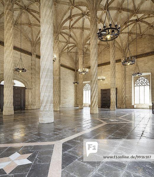 Die Säulenhalle der Seidenbörse  Valencia  Spanien  Europa