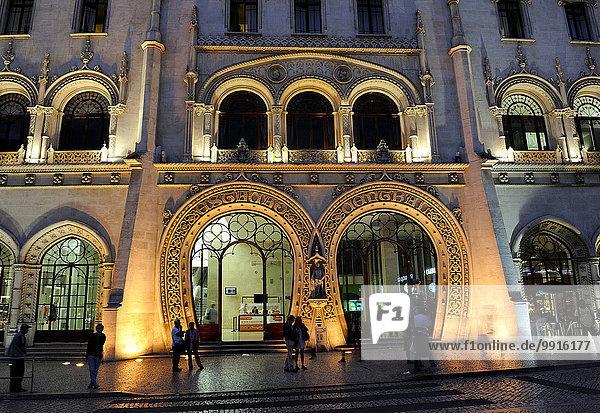 Eingang des Bahnhofs am Rossio bei Abendbeleuchtung  Praça de D. Pedro IV  Lissabon  Grande Lisboa  Portugal  Europa