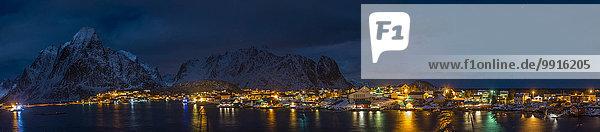 Fischerdorf bei Nacht  Hamnøy  Lofoten  Norwegen  Europa