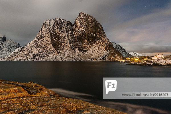 Fjord  Gebirge  Fischerdorf  Hamnøy  Lofoten  Norwegen  Europa