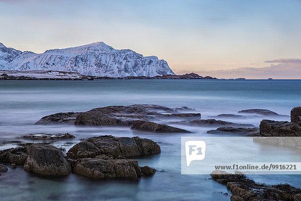 Strand an einem Wintermorgen  Skagsanden  Lofoten  Norwegen  Europa