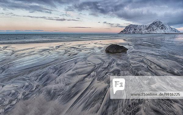 Strukturen im Sand  Strand von Skagsanden  Lofoten  Norwegen  Europa