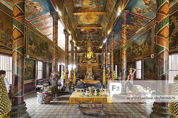 Bronzestatue und Altar  Buddha Statue im Tempel Phnom Penh  Kambodscha  Asien