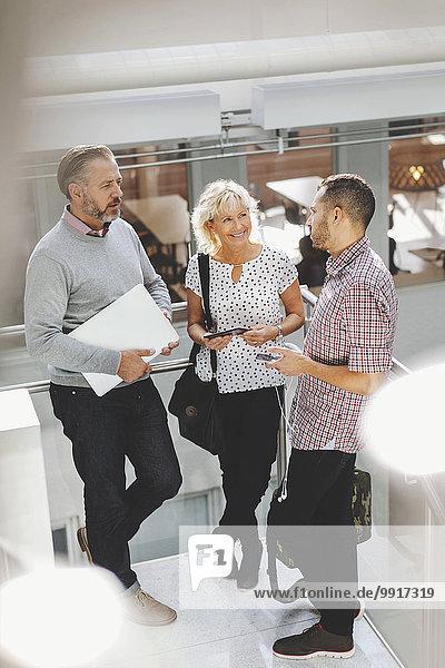 Geschäftsleute diskutieren im modernen Büro