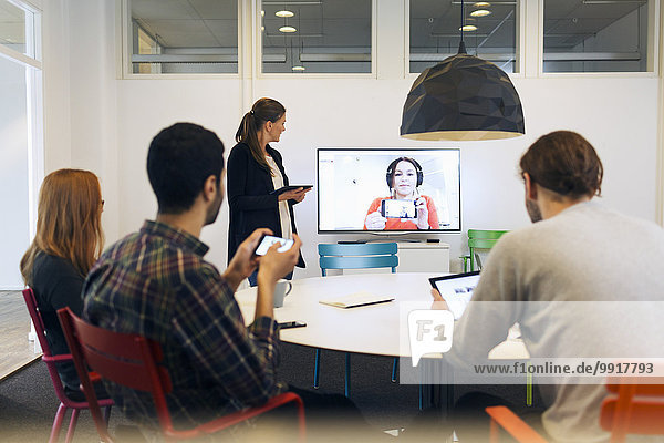 Kreatives Business-Team bei der Telefonkonferenz im Sitzungssaal