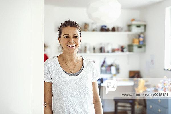 Porträt einer lächelnden Frau im Haus