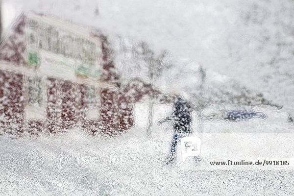 Defokussiertes Bild einer Person  die bei schneebedecktem Wetter läuft