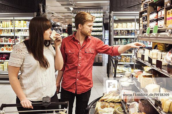 Junges Paar beim Einkaufen im Supermarkt