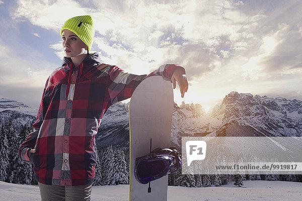 junge Frau junge Frauen Portrait Snowboard halten