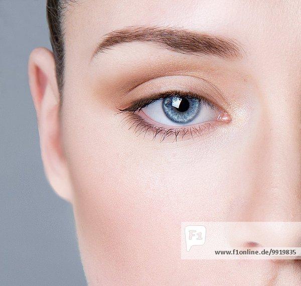 Junge Frau mit Augen-Make-up  Nahaufnahme