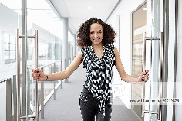 Portrait der Geschäftsfrau in der Bürotür