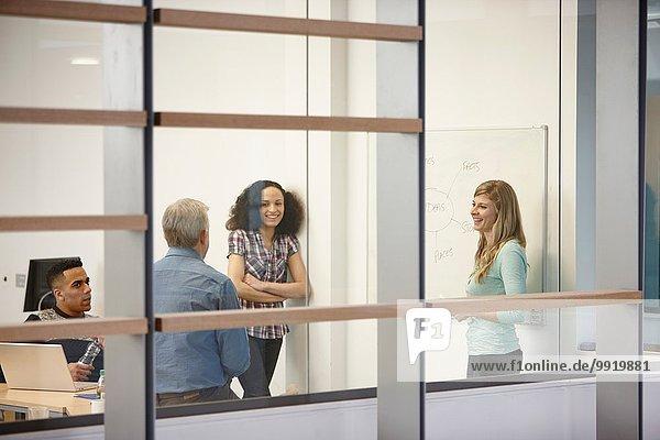 Geschäftsfrau bei der Teampräsentation auf dem Büro-Whiteboard