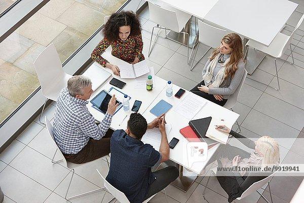 Overhead-Ansicht des Business Team Meetings am Konferenztisch