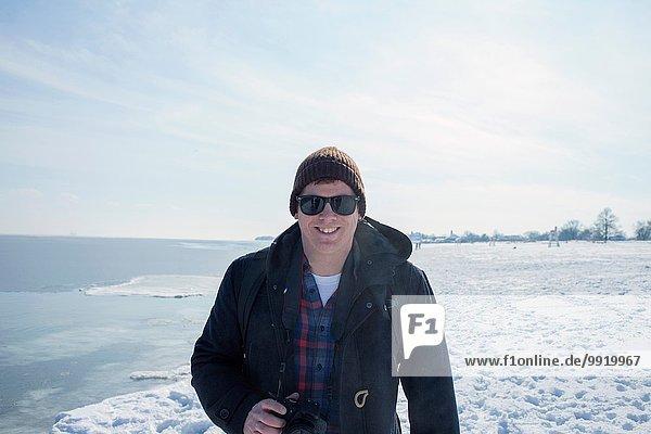 Porträt eines erwachsenen Mannes vor verschneiter Kulisse
