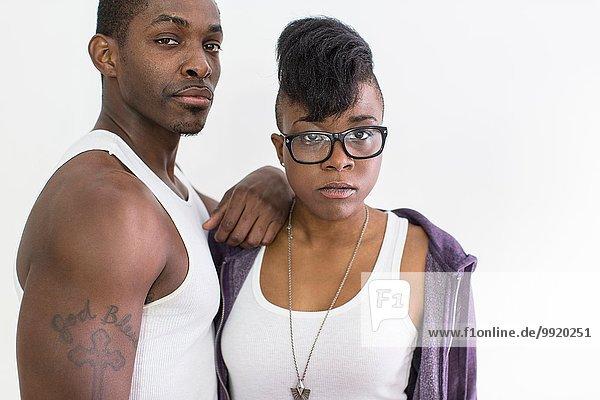 Studio-Porträt eines coolen  selbstbewussten Paares