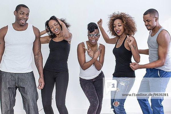 Studio-Porträt von fünf erwachsenen Freunden beim Tanzen