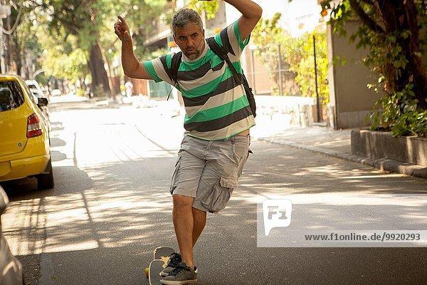 Erwachsener Mann Skateboarding auf der Straße  Rio De Janeiro  Brasilien