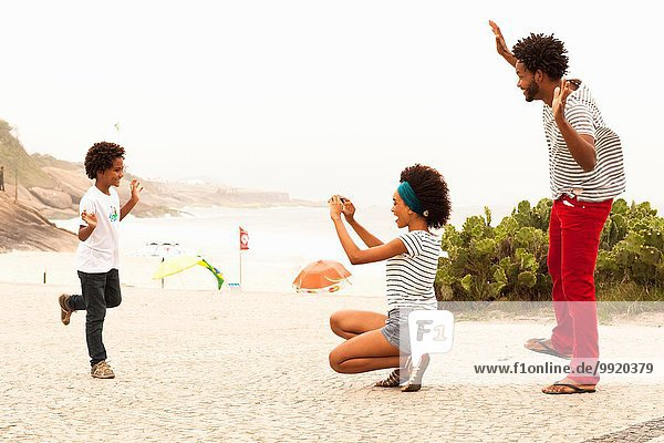 Junge posiert für Familienfoto am Ipanema Beach  Rio De Janeiro  Brasilien