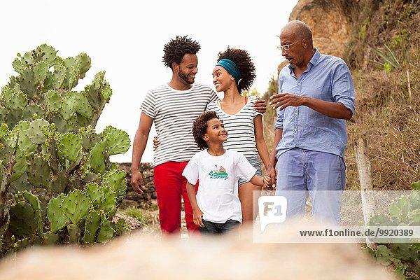 Erwachsener Mann und Familie beim Bummeln am Strand von Ipanema  Rio De Janeiro  Brasilien